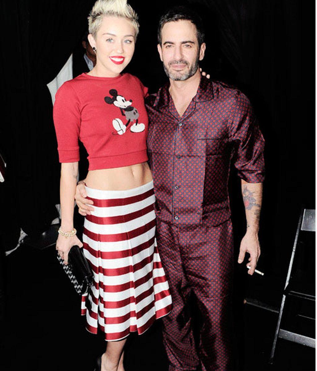Miley Cyrus, enseñando ombligo, acompañada del diseñador Marc Jacobs.