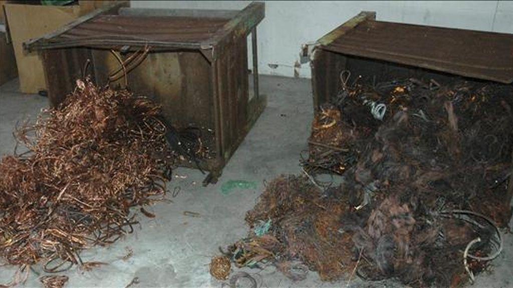 En la imagen facilitada por la Guardia Civil, material incautado en la operación 'Ki-Koss' contra el robo de cobre. EFE/Archivo