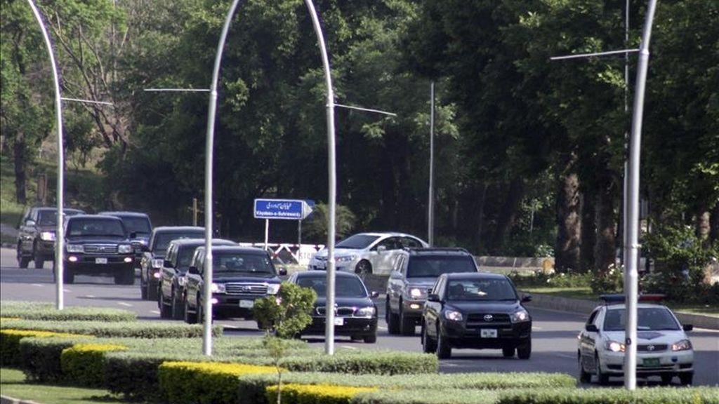 Un coche de las fuerzas de seguridad paquistaníes escolta ayer al convoy en el que viaja el representante especial de Estados Unidos para Afganistán y Pakistán, Marc Grossman, para dirigirse a una reunión con el presidente paquistaní, Asif Zardari, en Islababad (Pakistán). EFE