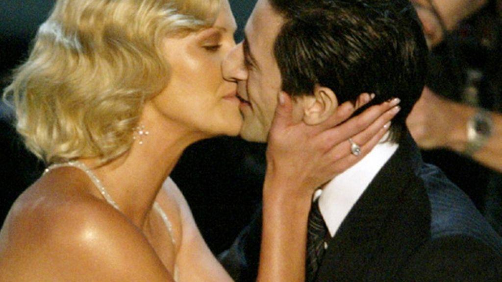 Charlize Theron besa a Adrien Brody al recoger el premio por 'Monster' en 2003