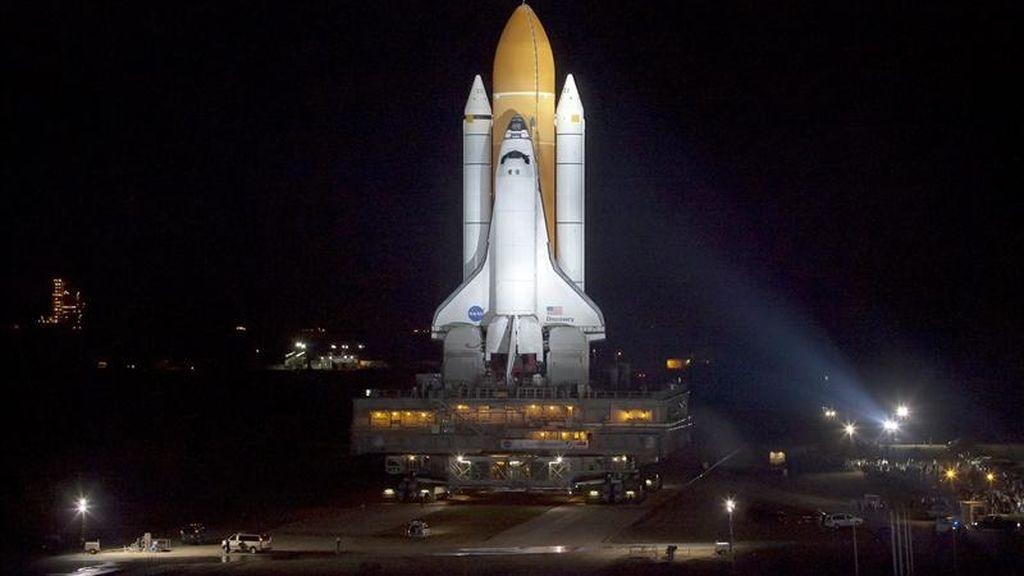 El transbordador espacial Discovery es desplegado del edificio vehicular de ensamble, en Cabo Cañaveral, Florida (EE.UU.). EFE