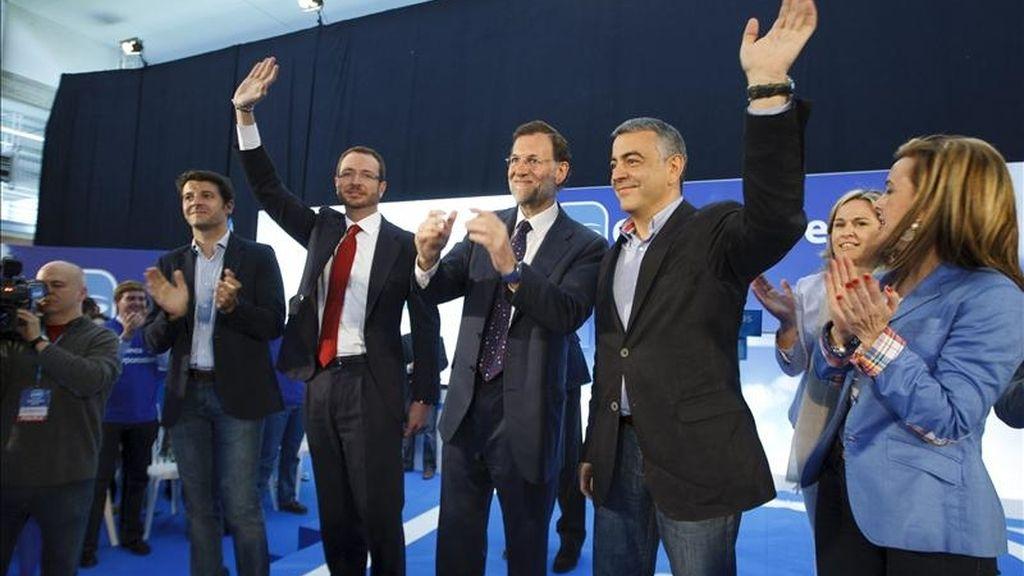 El presidente del PP, Mariano Rajoy (3d), junto a los candidatos vascos de su partido, a su llegada hoy al polideportivo de Vitoria para un mitin electoral. EFE