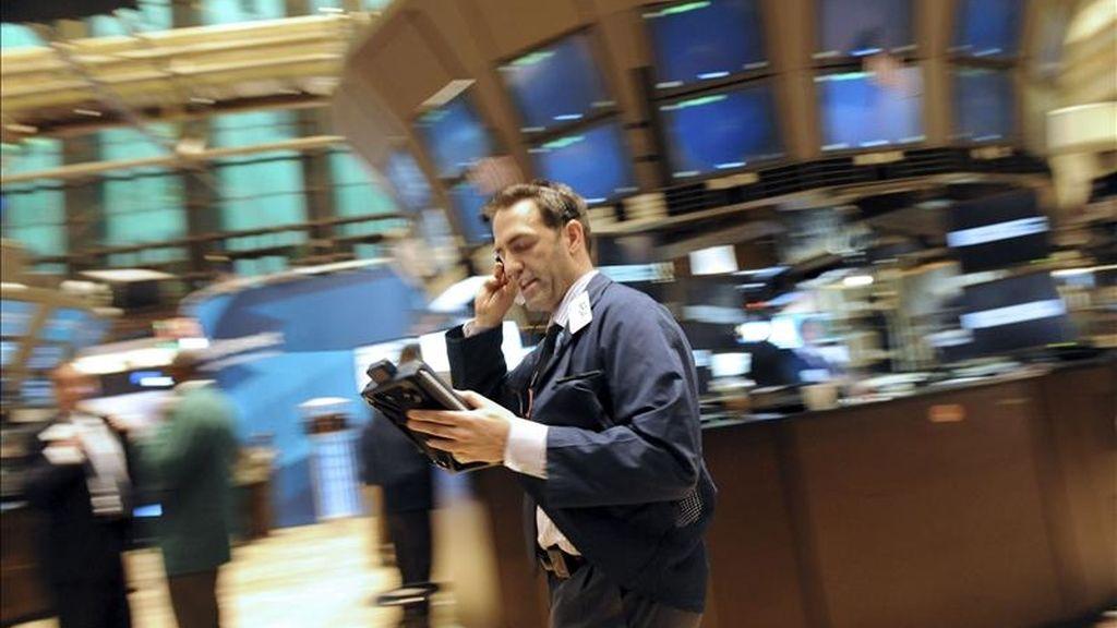 El Dow Jones de Industriales restó esta segunda sesión de la semana 6,13 puntos para acabar en 12.393,90 puntos. EFE/Archivo
