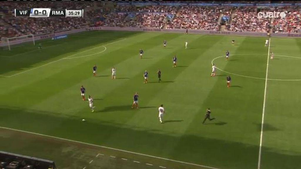 Un intruso se cuela en el Valerenga- Real Madrid ¿Por qué corre hacia James?