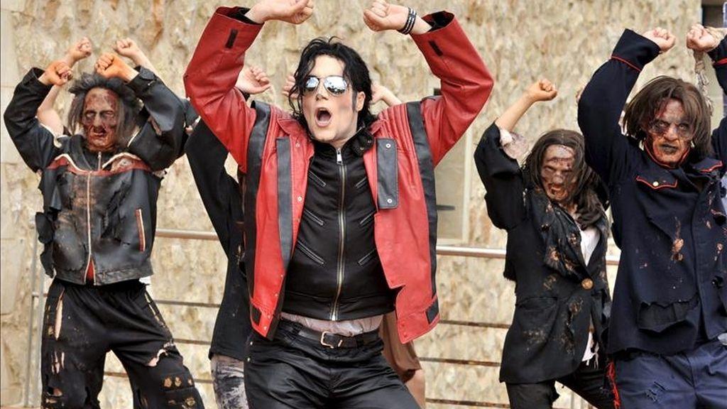 """El protagonista del espectáculo """"Forever King of Pop"""" Fran Jackson, junto al cuerpo de baile del espectáculo durante una pequeña exhibición ante los medios de comunicación del famoso baile de """"Thriller"""", uno de los videoclips más importantes de la historia de la música, hoy en el exterior del Auditorio Alfredo Kraus, en Las Palmas de Gran Canaria. EFE"""