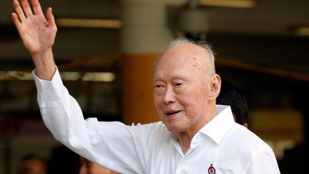 El padre fundador de la Singapur moderna, Lee Kuan Yew, 87, saluda a sus seguidores. EFE/Archivo