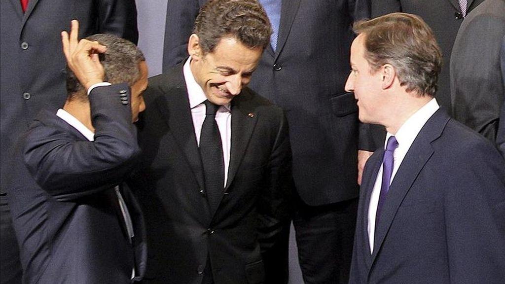 Fotografía tomada en noviembre de 2010 en la que se registró al presidente francés, Nicolas Sarkozy (c) junto al presidente de EE.UU., Barack Obama (i) y al primer ministro británico, David Cameron (d), quienes aseguraron, en un artículo conjunto, que la operación de la OTAN seguirá en Libia hasta que Gadafi dimita. EFE/Archivo
