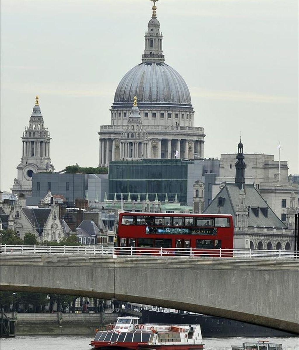 Un barco navega por el Támesis, en Londres (Reino Unido). EFE/Archivo