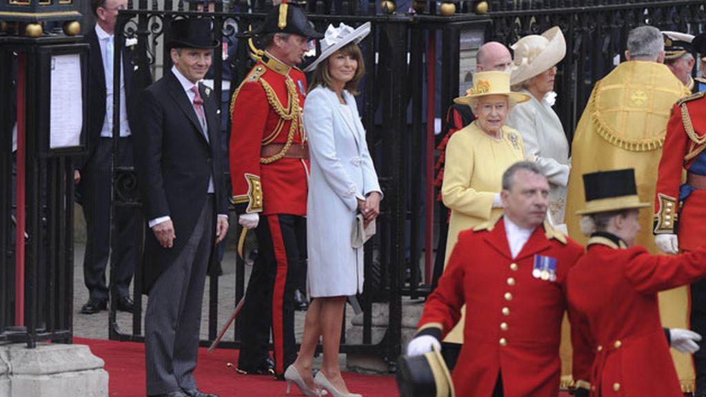 La reina Isabel II junto a la madre de Kate