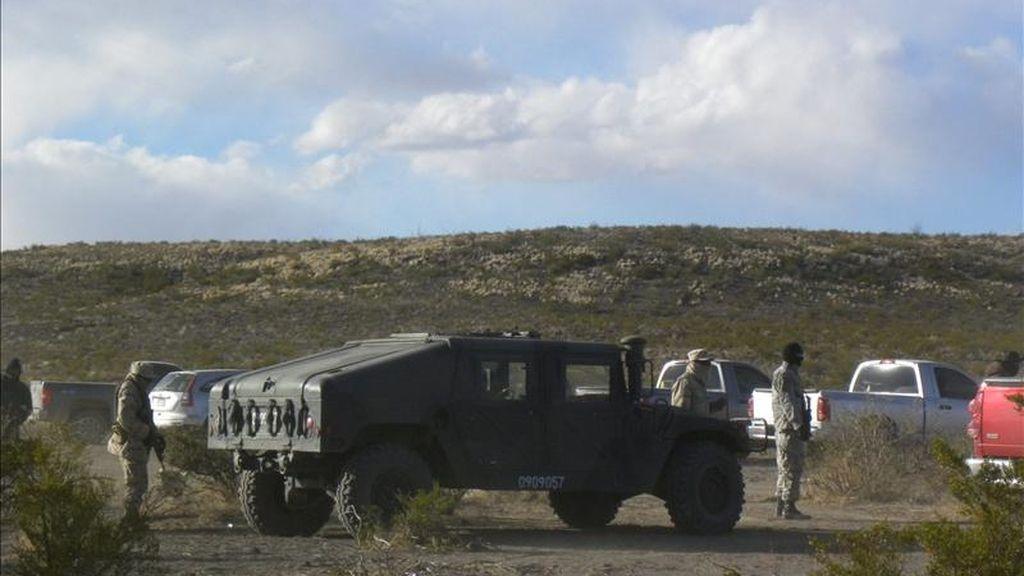 Las autoridades del estado mexicano de Tamaulipas (noreste) informaron hoy de que el número de muertos hallados en varias fosas clandestinas en el municipio de San Fernando aumentó a 120, aunque esa cifra podría ser mayor. En la imagen de archivo, forenses mexicanos trabajan en el sitio donde una decena de cadáveres fueron hallados en varias fosas. EFE