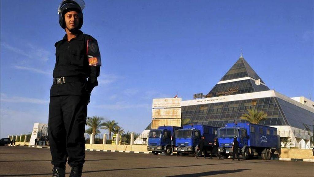 Un policía egipcio vigila la entrada del Hospital Internacional de Sharm el Sheikh donde permanece ingresado el ex presidente egipcio Hosni Mubarak tras sufrir una crisis cardiaca durante un interrogatorio judicial en Sharm El Sheikh (Egipto) hoy, viernes, 15 de abril de 2011. EFE
