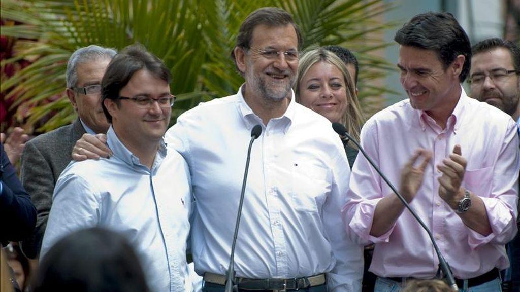 El presidente del Partido Popular, Mariano Rajoy (c), acompañado por el presidente del PP de Canarias, José Manuel Soria (d), y el candidato del PP de La Palma al Cabildo Insular, Asier Antona (i), durante la visita que ha realizado hoy a Los Llanos de Aridane (La Palma). EFE