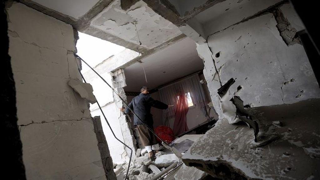 Un libio inspecciona lo que ha quedado de su vivienda tras ser destruida por las fuerzas leales al líder libio Muamar el-Gadafi, en Adjabiya, Libia. EFE/Archivo