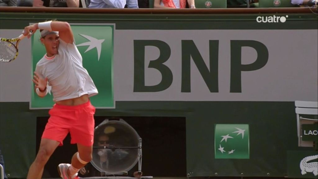 Rafa Nadal golpea una bola ante Wawinka