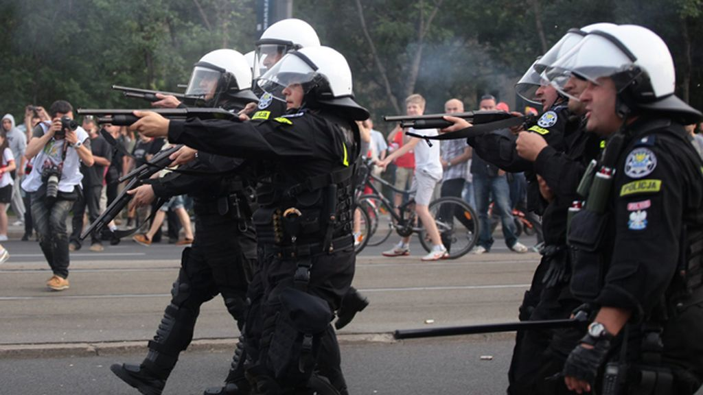 Peleas, destrozos, insultos racistas y detenciones