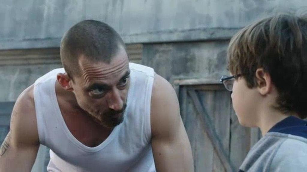 Crespo enseña a usar una pistola a Dani