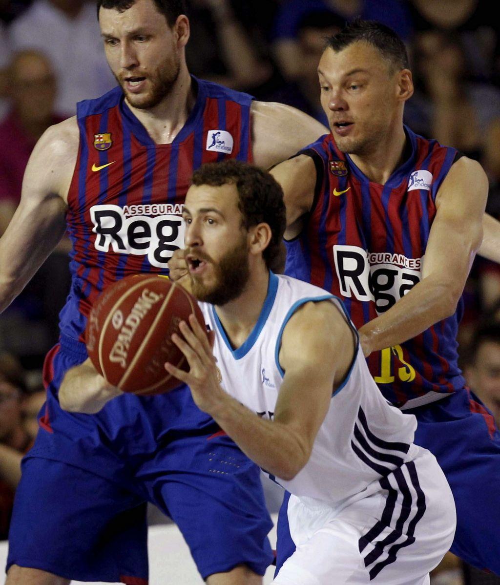 Los jugadores del Regal Barcelona Mavrokefalidis (i) y Jasikevicius (d) defienden el pase de Sergio Rodríguez, del Real Madrid, durante el tercer partido de la final de la Liga Endesa