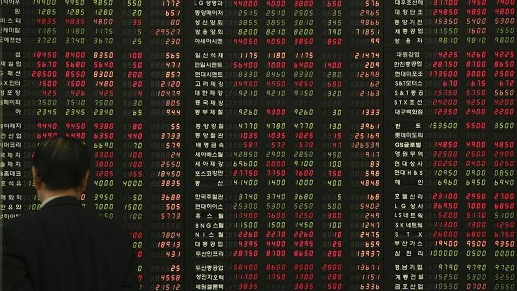 Un inversor surcoreano se detiene ante un panel informativo con los resultados de la Bolsa, en Seúl (Corea del Sur). EFE/Archivo