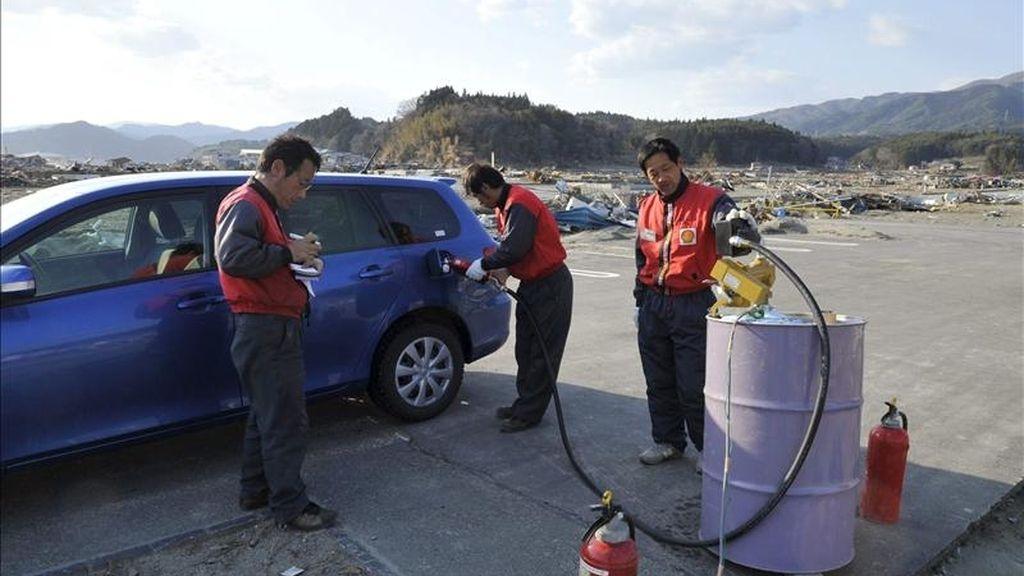 Un hombre reposta combustible en una improvisada gasolinera en la devastada ciudad de Rikuzentakata, prefectura de Iwate, al norte de Japón. EFE