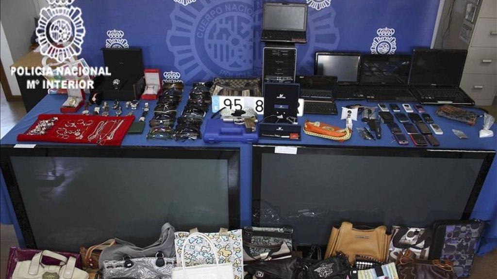 Fotografía facilitada por La Policía Nacional que ha detenido en Madrid a seis personas acusadas de integrar un grupo organizado que ha blanqueado más de 3,5 millones de euros procedentes de la venta de droga en los últimos años. EFE