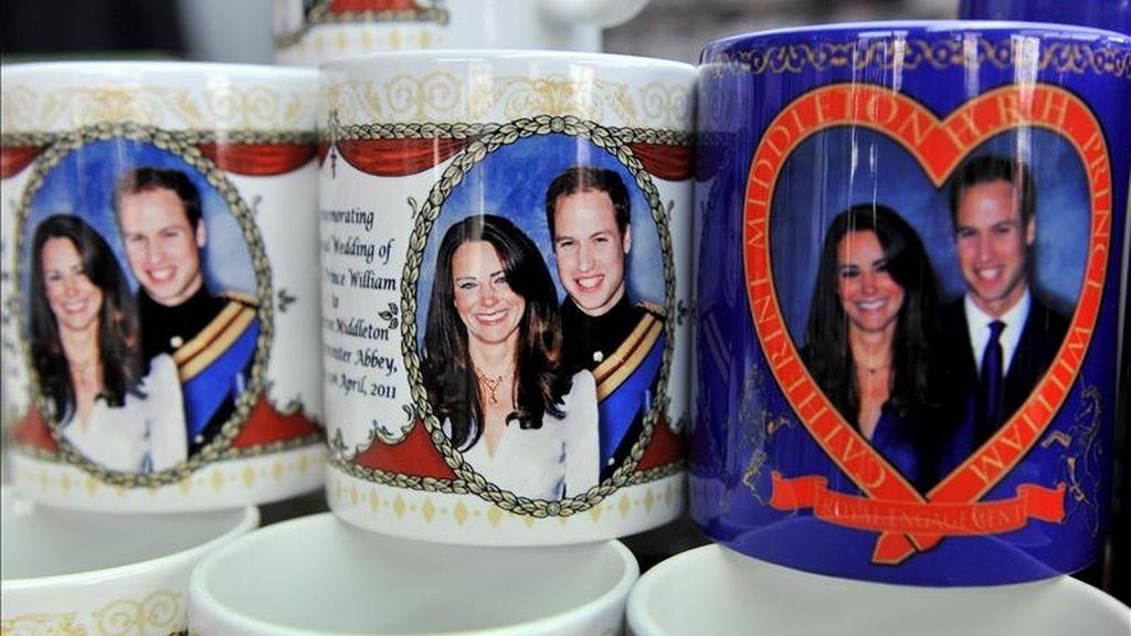 En la imagen, objetos conmemorativos y de recuerdo de la boda real se venden en una tienda de Londres. EFE/Archivo