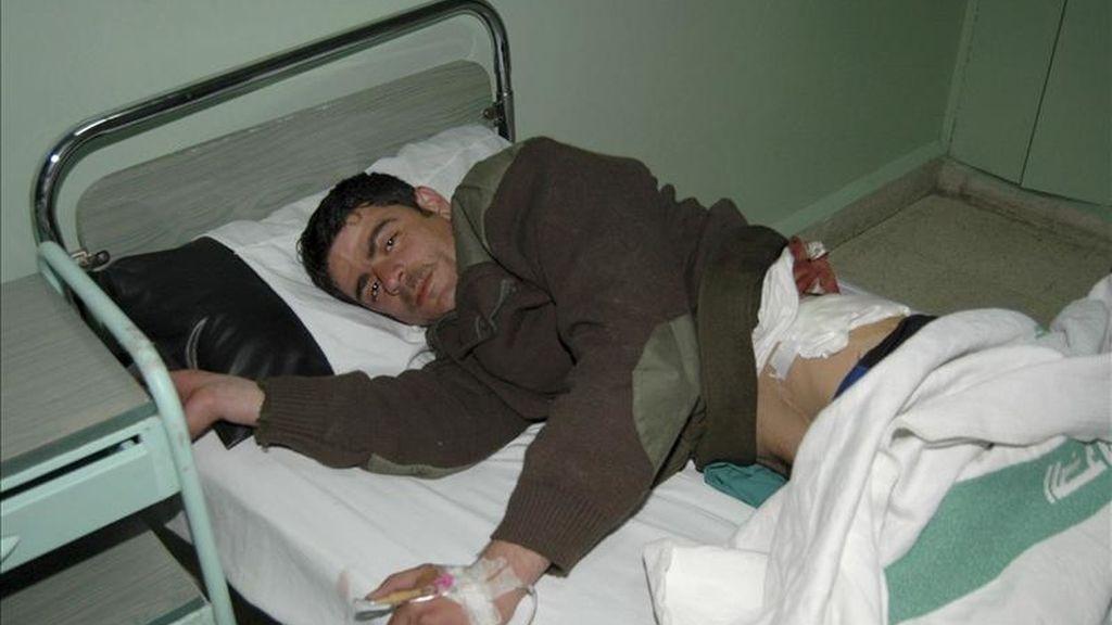 Fotografía distribuida por la agencia oficial de noticias siria SANA en la que se ve a un hombre, identificado como un policía herido, en un hospital en la provincia sureña de Daraa este viernes. EFE