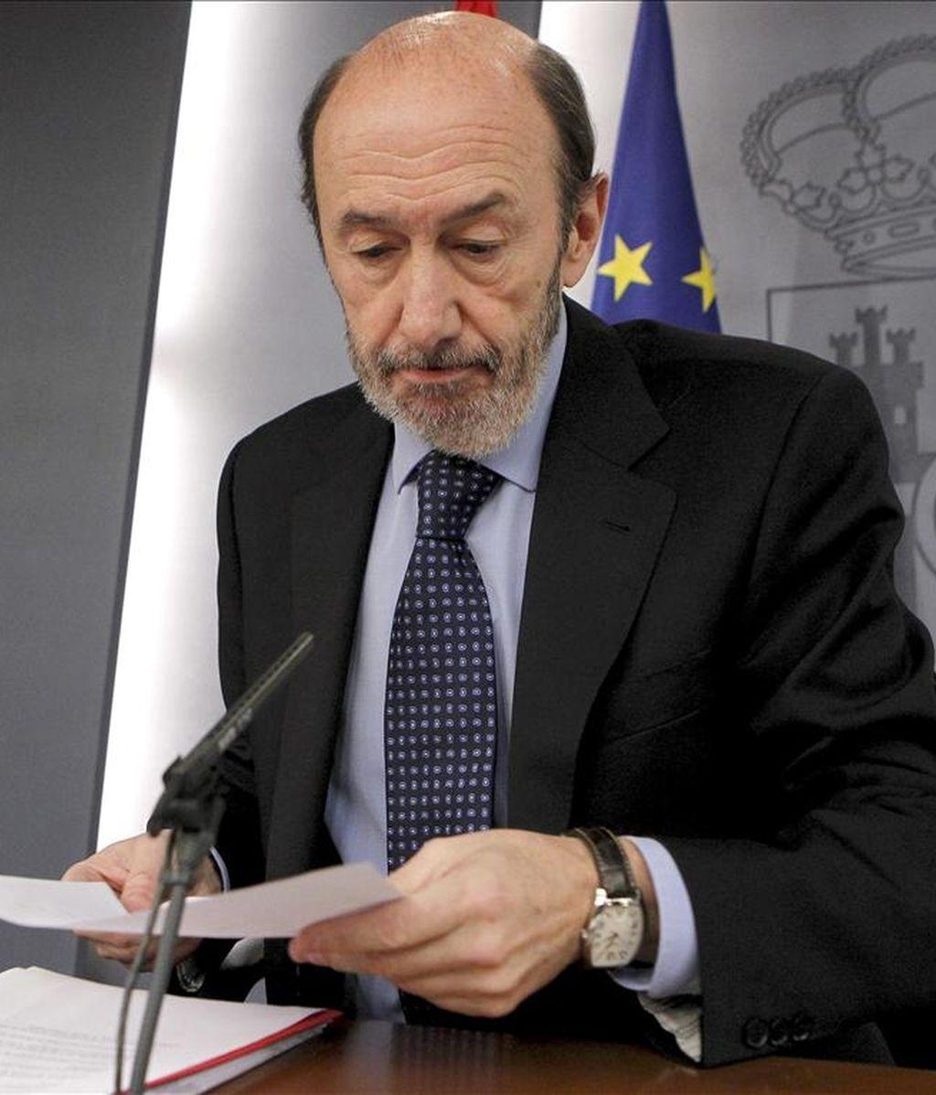 El vicepresidente primero del Gobierno, Alfredo Pérez Rubalcaba, durante la rueda de prensa que ofreció al término de la reunión del Consejo de Ministros hoy en el palacio de la Moncloa. EFE