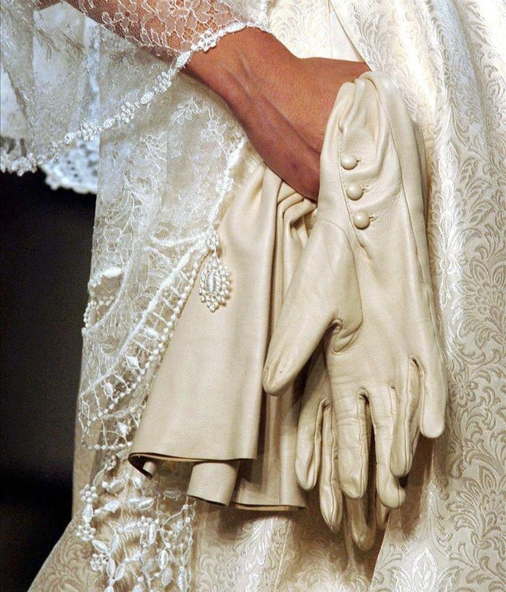 Detalle de los guantes y el velo de un vestido de novia de los diseñadores sevillanos Victorio&Lucchino, en un desfile. EFE/Archivo