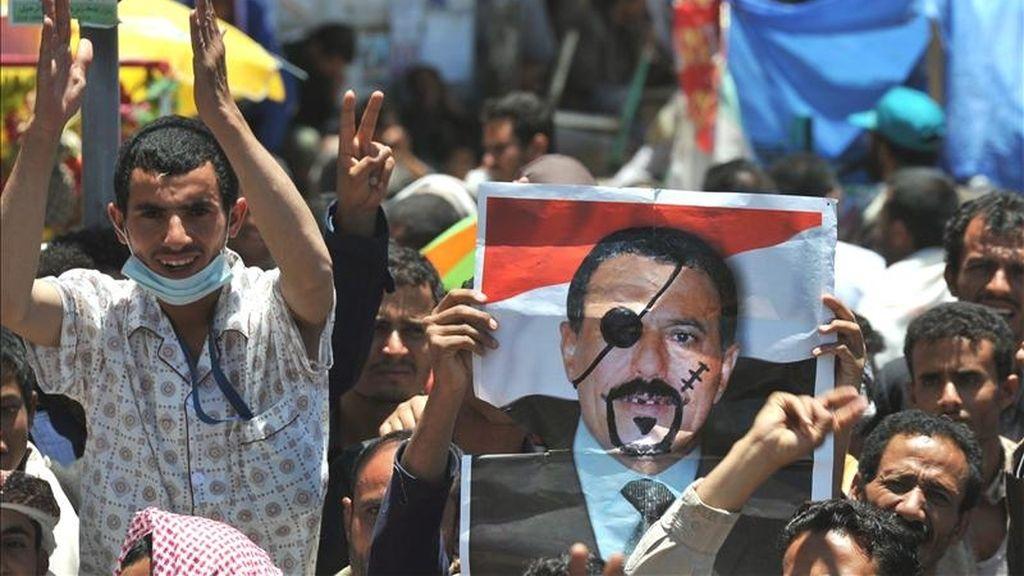 Opositores yemeníes se manifiestan contra el régimen del presidente Ali Abdalá Saleh, (en la imagen de la foto), en Saná, Yemen. EFE