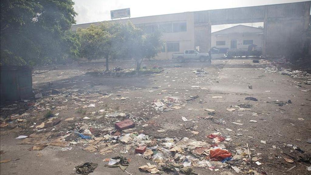 Restos de un saqueo el pasado viernes en Abiyán. EFE