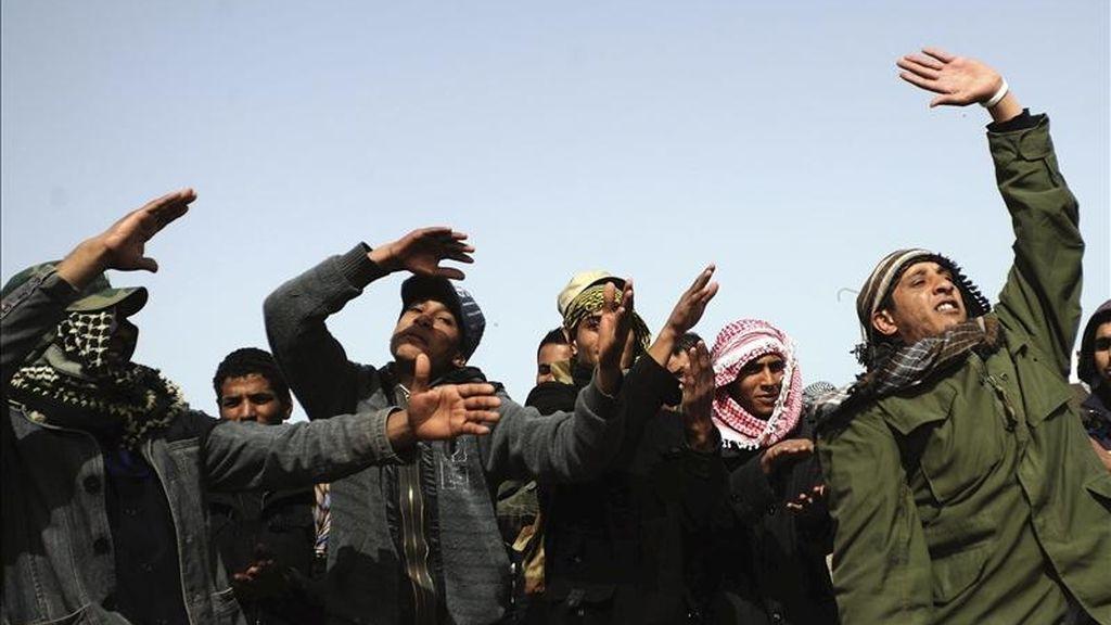 Rebeldes libios mantienen sus posiciones en un punto de la carretera que comunica Brega y Ajdabiya, en la frontera de Brega (Libia), hoy, miércoles 6 de abril de 2011. EFE
