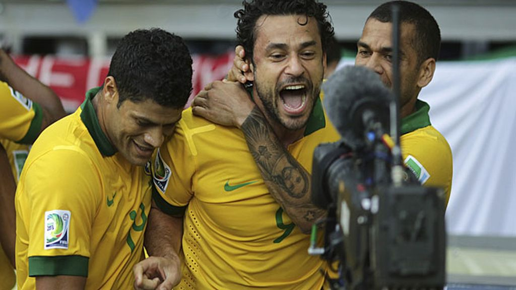 Fred celebra con Hulk y Alves el gol brasileño
