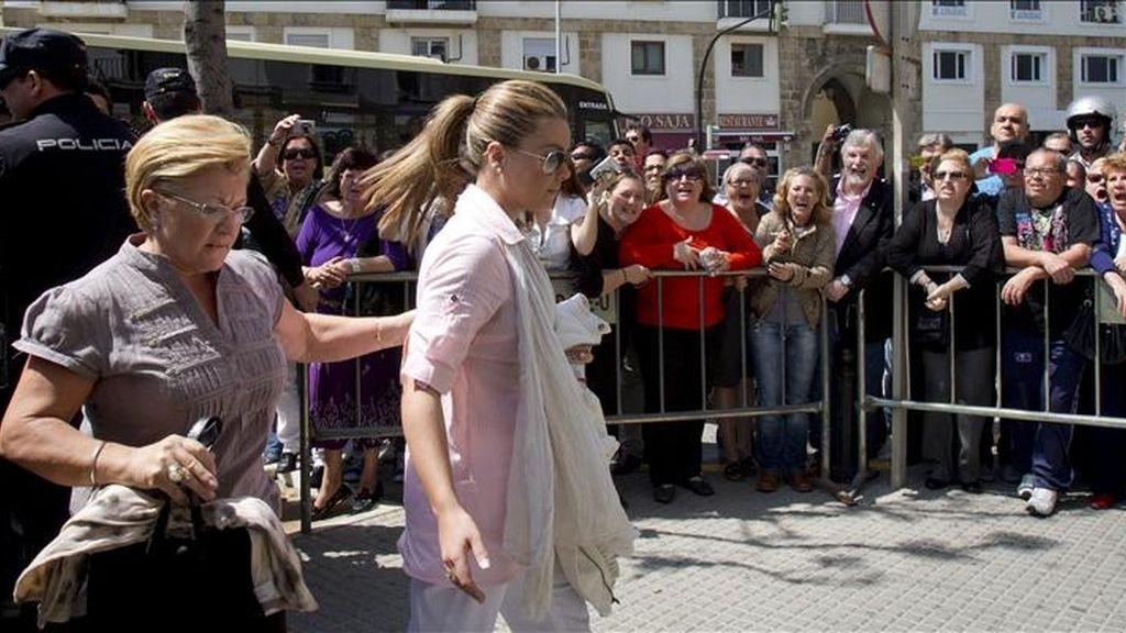 """María José Campanario y su madre Remedios Torres (i), a su llegada esta tarde a la Audiencia Provincial de Cádiz, donde ha dado comienzo el juicio de la """"Operación Karlos"""". EFE"""