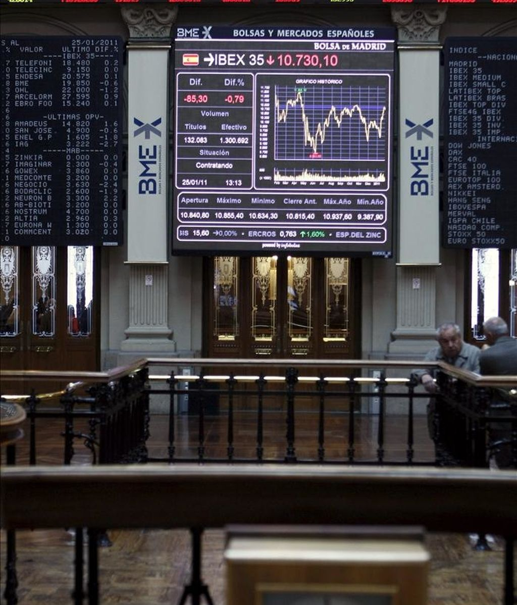 Imagen del interior de la Bolsa de Madrid con una pantalla en la que aparece el principal indicador, el IBEX 35. EFE/Archivo