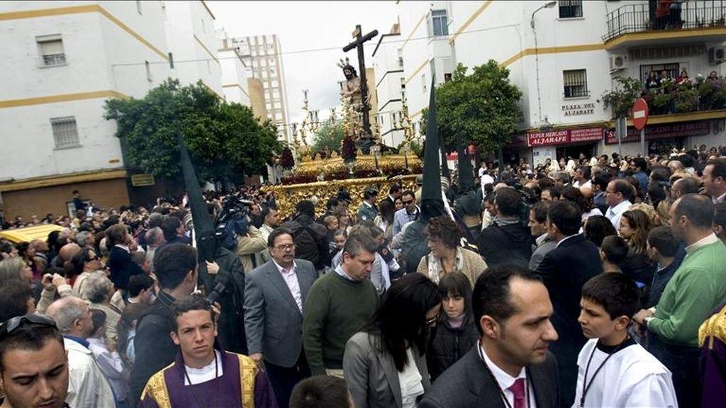 La Hermandad del Sol durante su estación de penitencia hoy, la primera cofradía que desfiló por las calles de Sevilla en tres días, tras la lluvia que impidió los desfiles procesionales del Jueves Santo, La Madrugá y el Viernes Santo. EFE