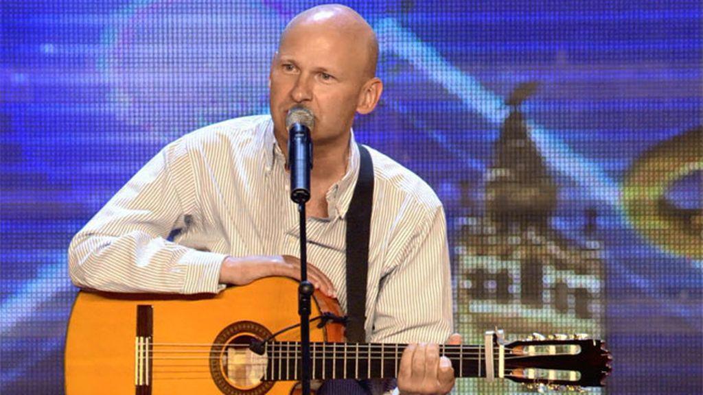 ¡Steve toca la guitarra con una sola mano!