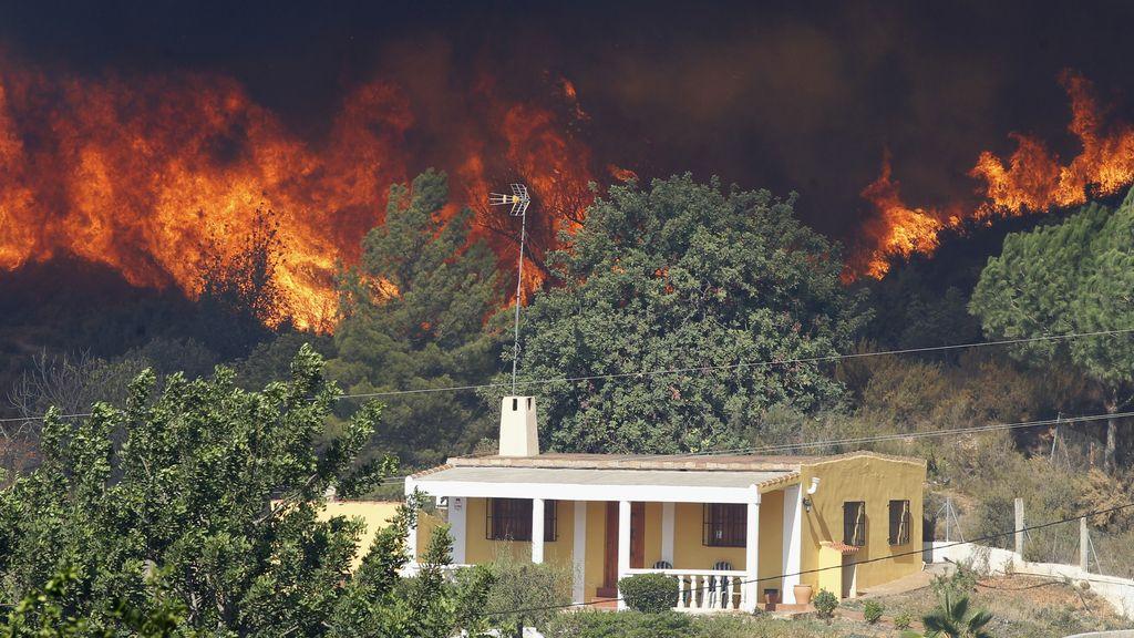 Las llamas cercan las viviendas en Pedralba, Valencia
