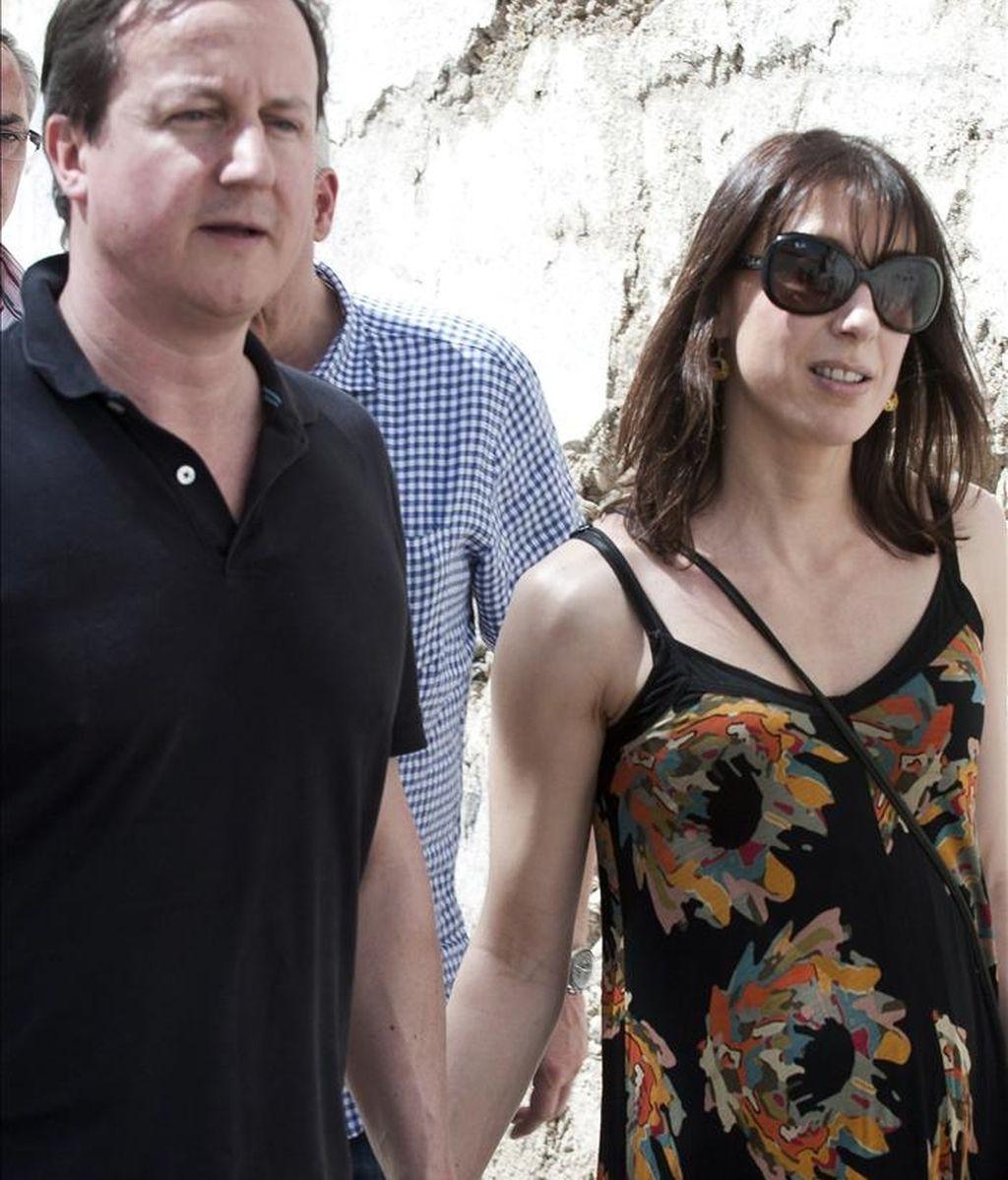 El primer ministro británico, David Cameron, y su mujer, Samantha, paseando por el barrio del Realejo en Granada, donde se alojan durante su visita privada. EFE