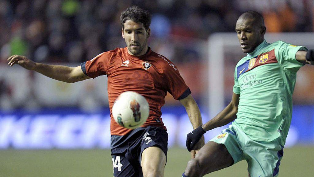 Raúl García pelea un balón con Abidal
