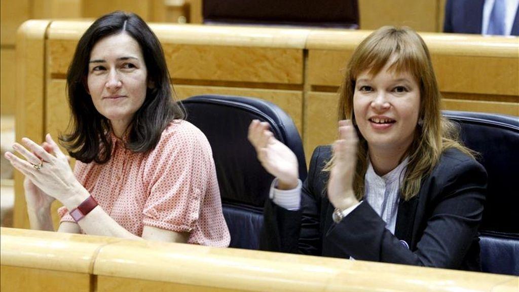 Las ministras de Cultura, Ángeles González-Sinde (i), y Sanidad, Política Social e Igualdad, Leire Pajín (d), aplauden la intervención del presidente del Ejecutivo, José Luis Rodríguez Zapatero, durante la sesión de control al Gobierno esta tarde en el pleno del Senado. EFE