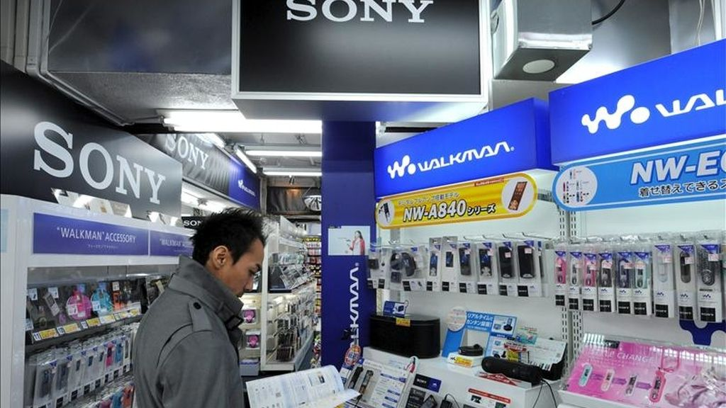 Sony explicó que la brecha en los sistemas de seguridad de Sony Online Entertainment (SEO) se produjo entre el 16 y el 17 del mes pasado y dejó expuesta la información personal no bancaria de 24,6 millones de cuentas de clientes. EFE/Archivo