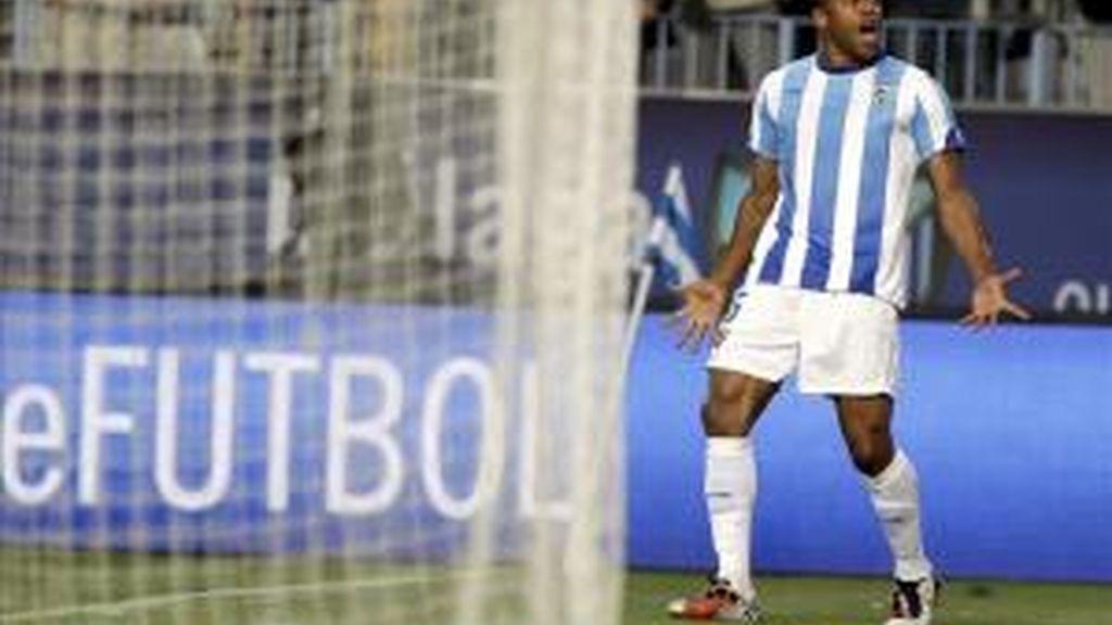 El delantero brasileño del Málaga C.F. Julio César Baptista celebra el gol ante la portería del Real Sporting de Gijón, durante el encuentro, correspondiente a la trigésima sexta jornada de Liga de Primera División en la Rosaleda, en Málaga. Foto: EFE