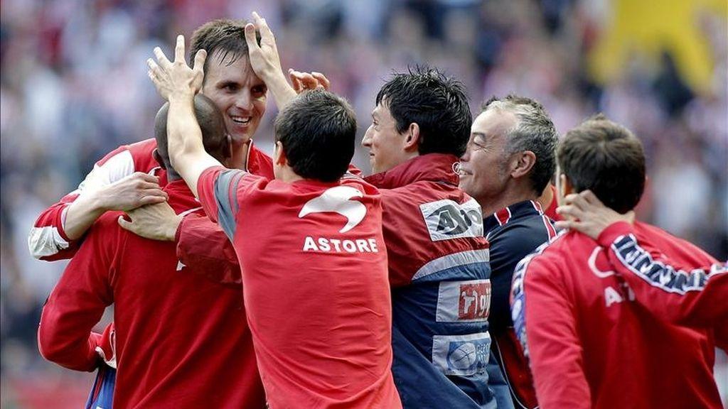 El centrocampista del Sporting de Gijón Ayoze García (i) celebra su gol, primero de su equipo, durante el partido, correspondiente a la trigésima quinta jornada del Campeonato Nacional de Liga de Primera División, que ha enfrentado al conjunto rojiblanco con el Deportivo de La Coruña en el estadio de El Molinón. EFE