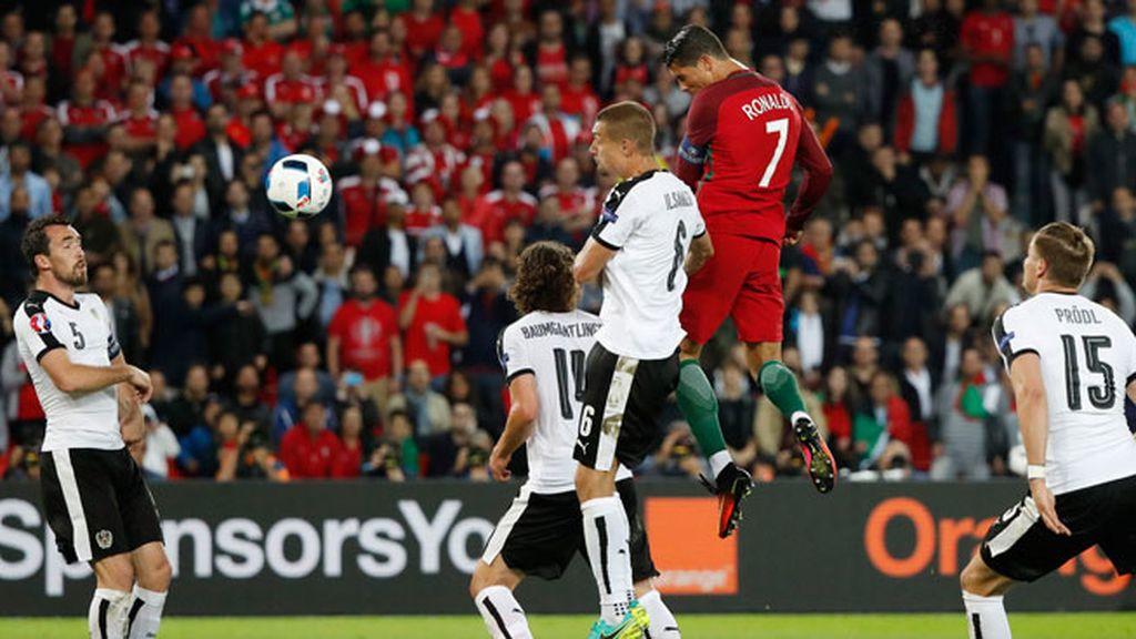 Doble ocasión de gol para Cristiano: primero desde lejos y luego de cabeza