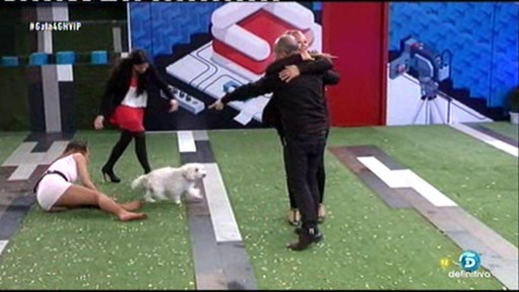 Laura Cuevas se pega un 'culetazo' mientras saluda al perro de Víctor Sandoval