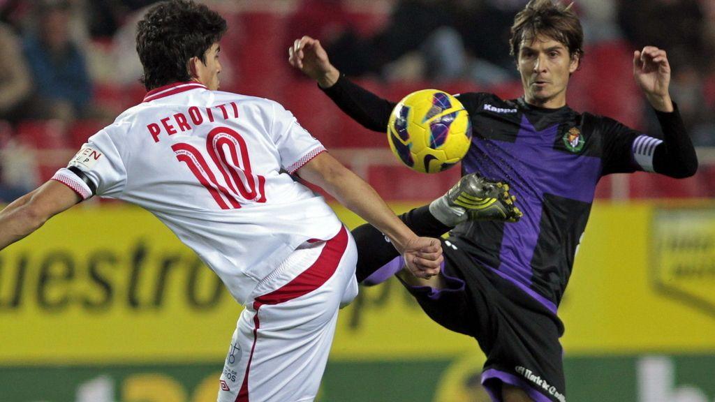 El centrocampista argentino del Sevilla CF, Diego Perotti (i), lucha el balón con Álvaro Rubio, centrocampista del Valladolid