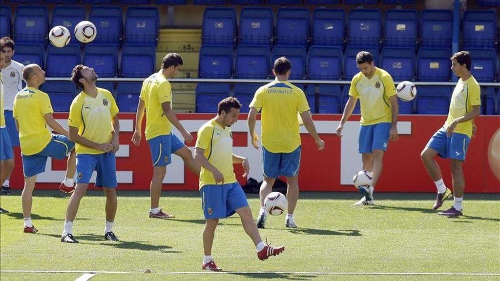 Santi Cazorla (c) durante el entrenamiento del Villarreal hoy en el campo de El Madrigal, previo al partido de la Liga Europa que le enfrentará mañana al Oporto. EFE