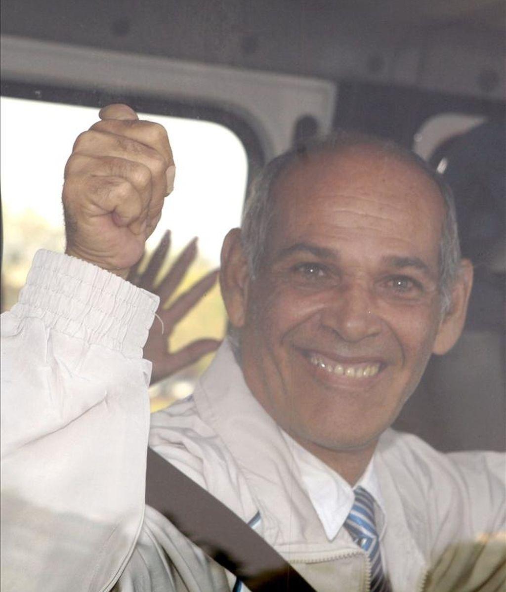 Orlando Fundora, uno de los integrantes del grupo de 37 presos políticos cubanos excarcelados por el régimen de La Habana que llegó hoy a Madrid en un avión fletado por el Gobierno español junto a sus familiares, en un autobús tras aterrizar en el aeropuerto de Barajas, antes de dirigirse a un hotel de la ciudad, donde todos se alojarán de forma provisional hasta repartirse entre diversos centros de acogida del país. EFE
