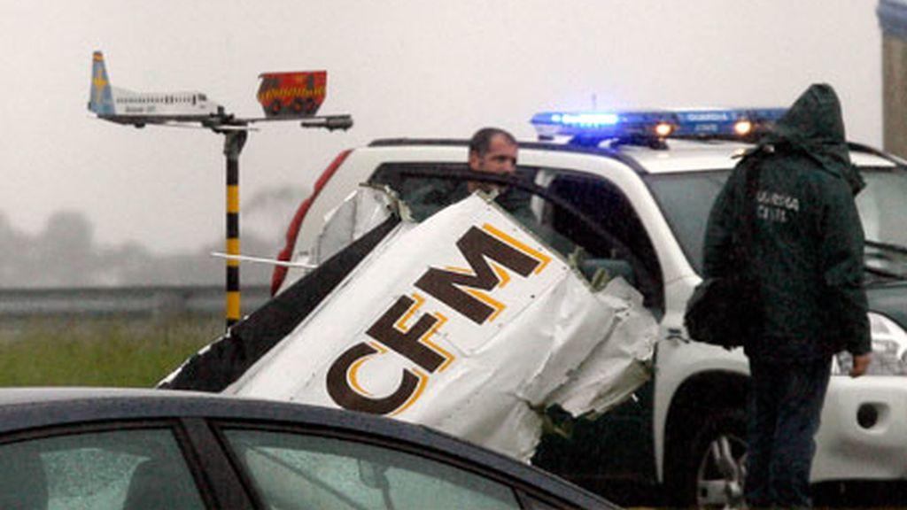 Agentes de la Guardia Civil, junto a los restos de una de las avionetas accidenteadas en el aeropuerto. Vídeo: Informativos Telecinco.