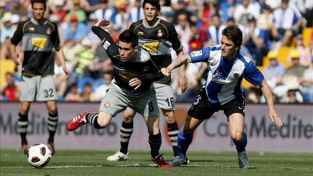 El delantero del RCD Espanyol José Callejón (i) pelea un balón con el defensa del Hércules Abraham Paz, en su partido correspondiente a la trigésima primera jornada de la liga en Primera División en el estadio José Rico Pérez. EFE